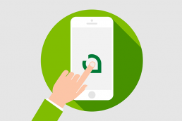 mano clicando en una app del teléfono móvil con el logo de coremain